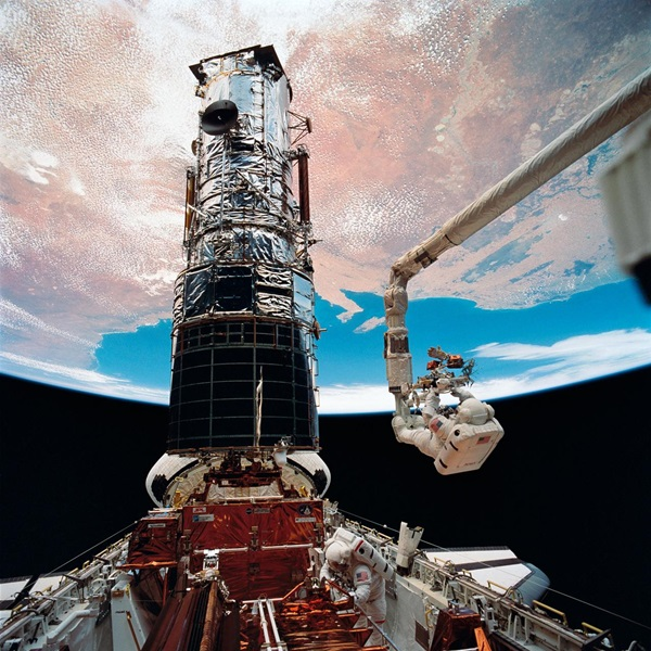 sts061SpacewalkSpaceShuttleHubble