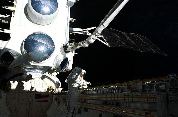 NASA_image_STS37051021_Jay_Apt_on_the_first_EVA_of_STS37_with_CGRO
