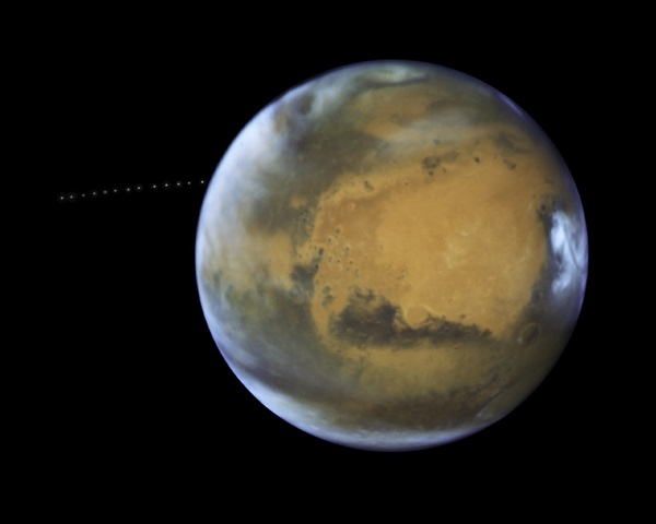 Phobos_orbiting_Mars