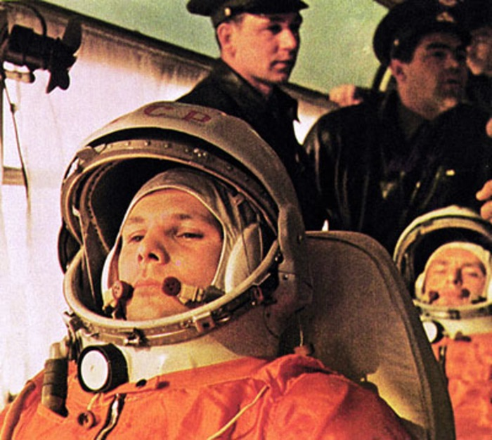 Yuri_Gagarin_on_his_way_to_the_launch_pad_pillars