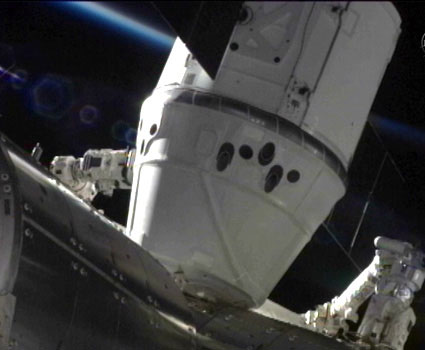 SpaceX-Dragon-berthed