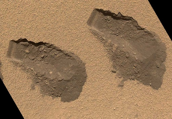 Curiosity-scoop-marks