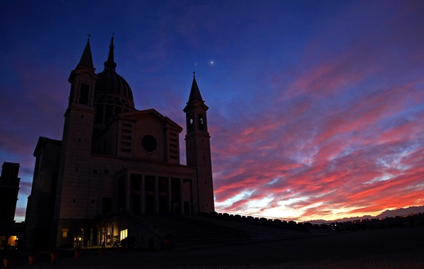 Venus (right) and Jupiter stood above the Basilica of Saint John Bosco in Castelnuovo Don Bosco.