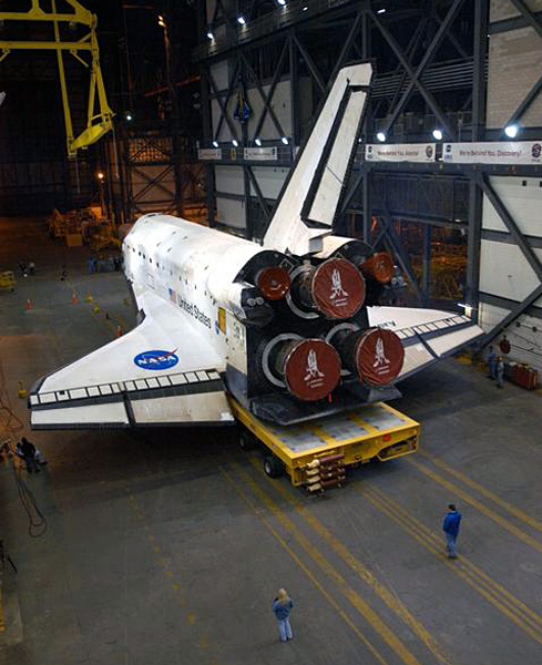 Discovery rolls to the VAB
